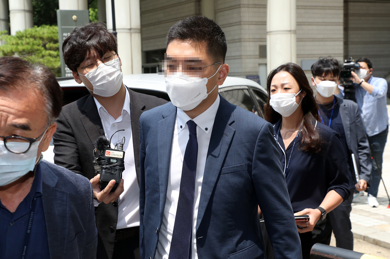 Former Channel A reporter Lee Dong-jae leaves a Seoul court after attending his arrest warrant hearing.