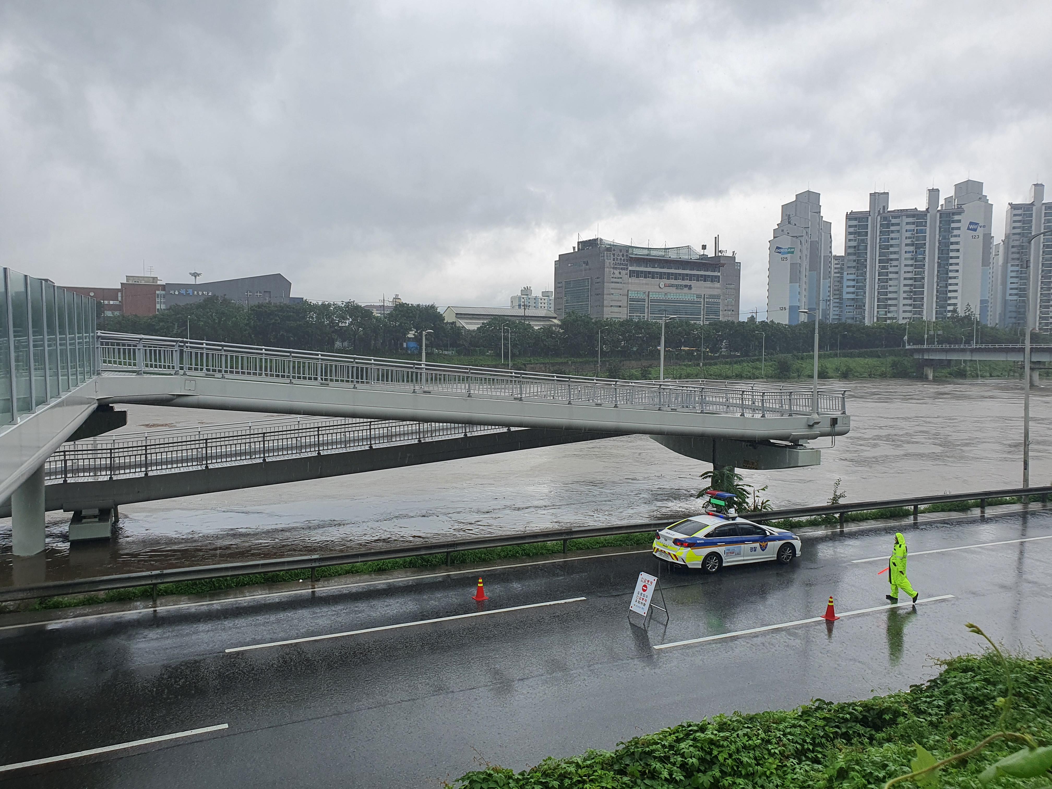 폭우에 불어난 중랑천 <사진=TBS>