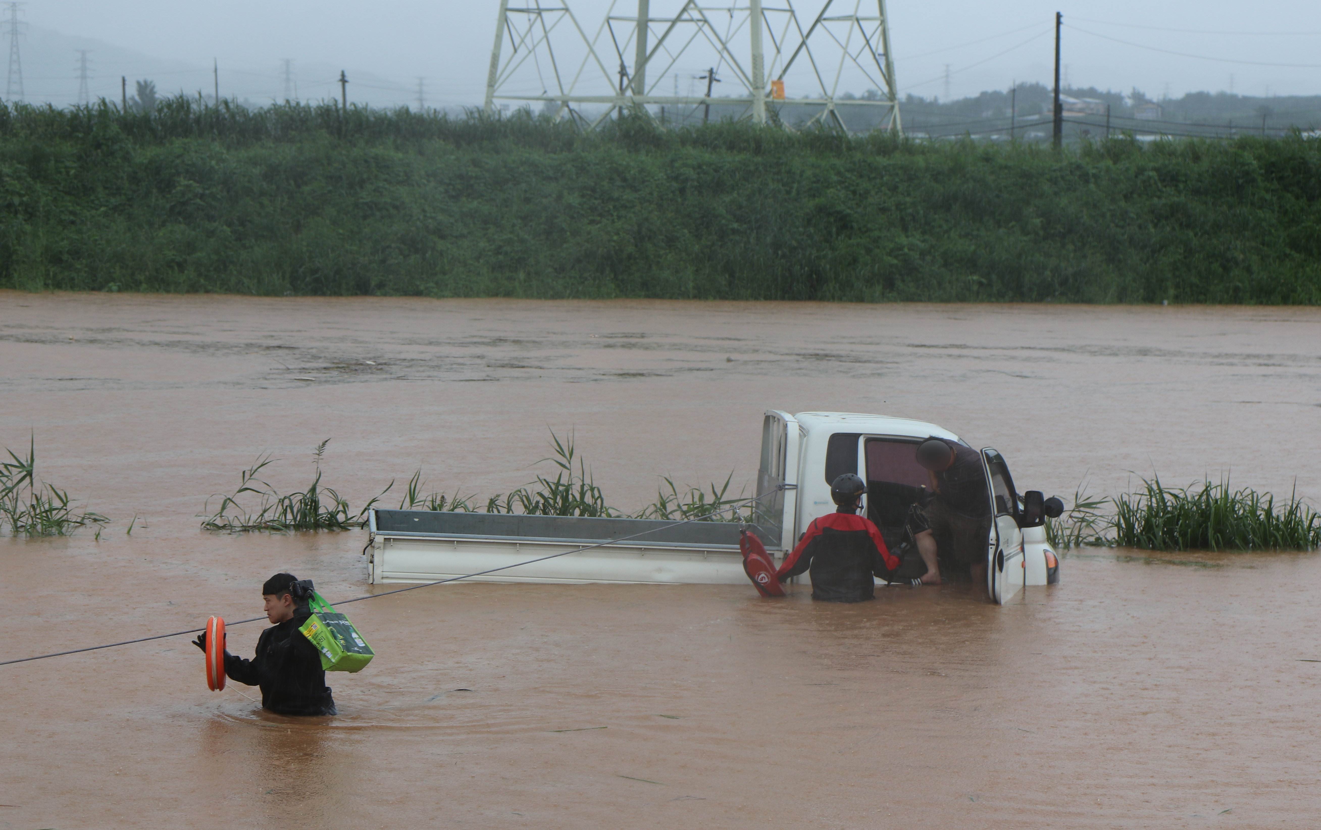 익산서 농로 지나던 트럭 물에 잠겨