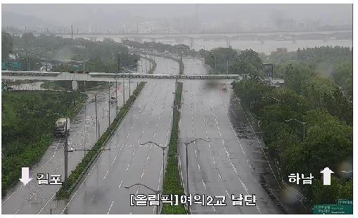 9일 오전부터 통행이 통제된 올림픽대로 여의2교부근 CCTV 화면
