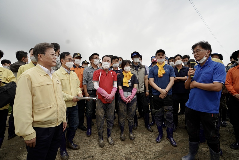 President Moon Jae-in visits Cheonan in South Chungcheong Province, which was hit hard by torrential rain from early August.