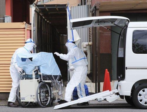 코로나19 환자 이송하는 일본 당국자