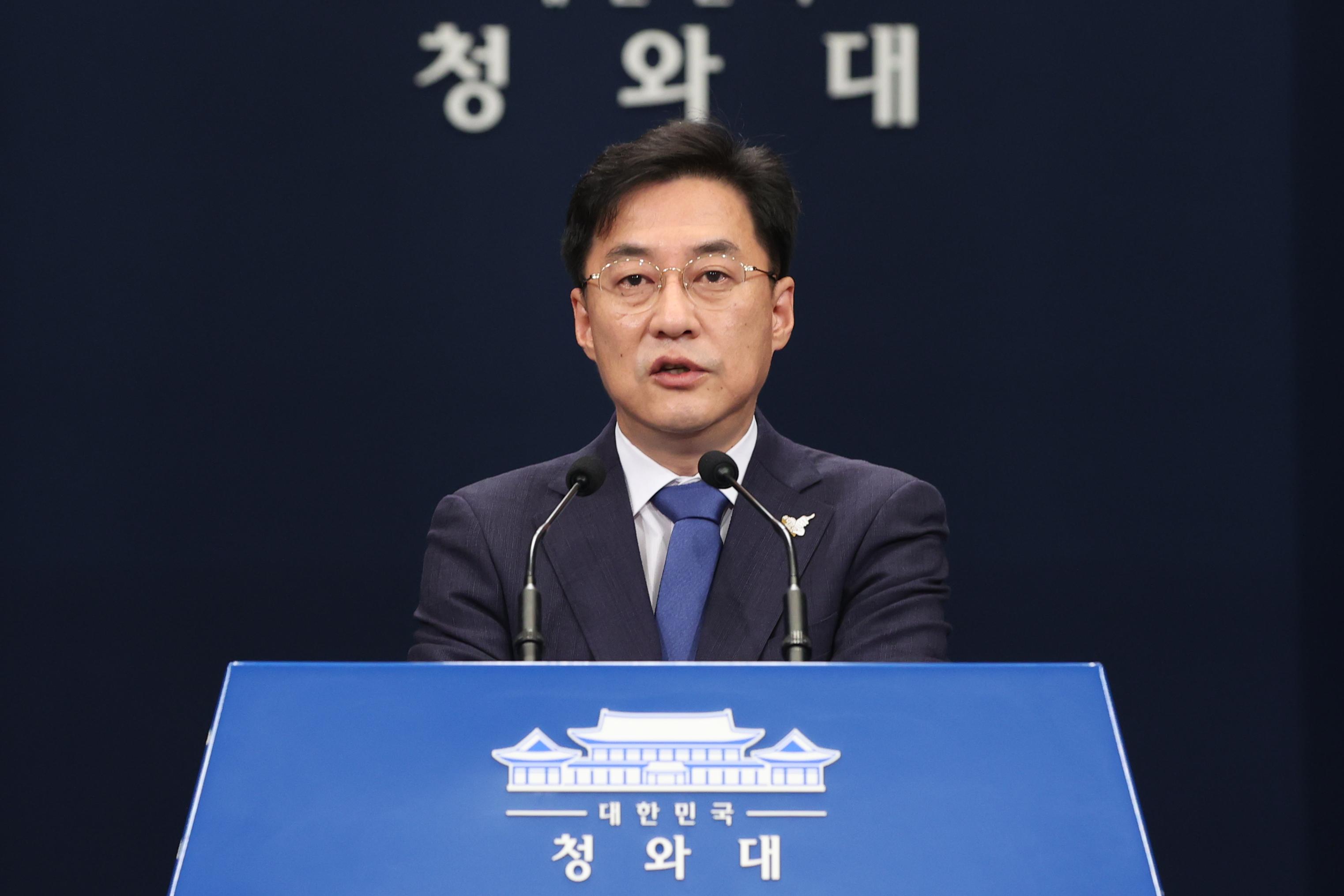브리핑하는 강민석 대변인