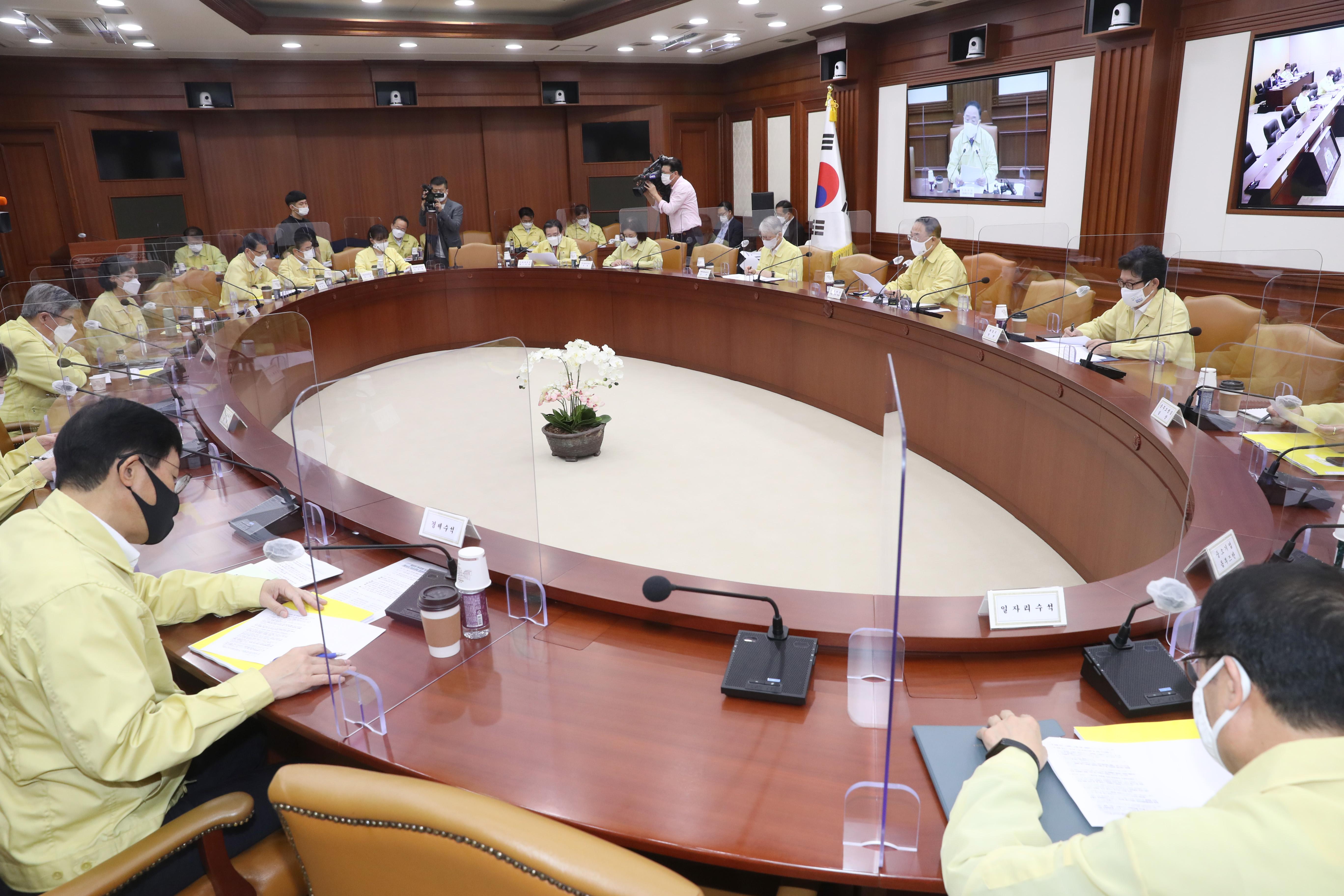 뉴딜 관계 장관 회의서 발언하는 홍남기 부총리