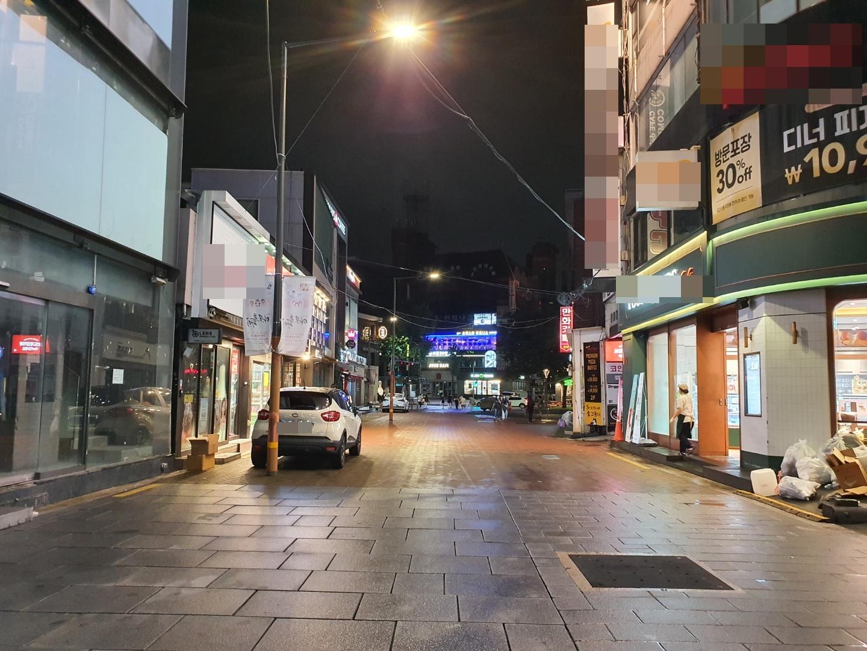 사회적 거리두기 시행으로 한산한 거리