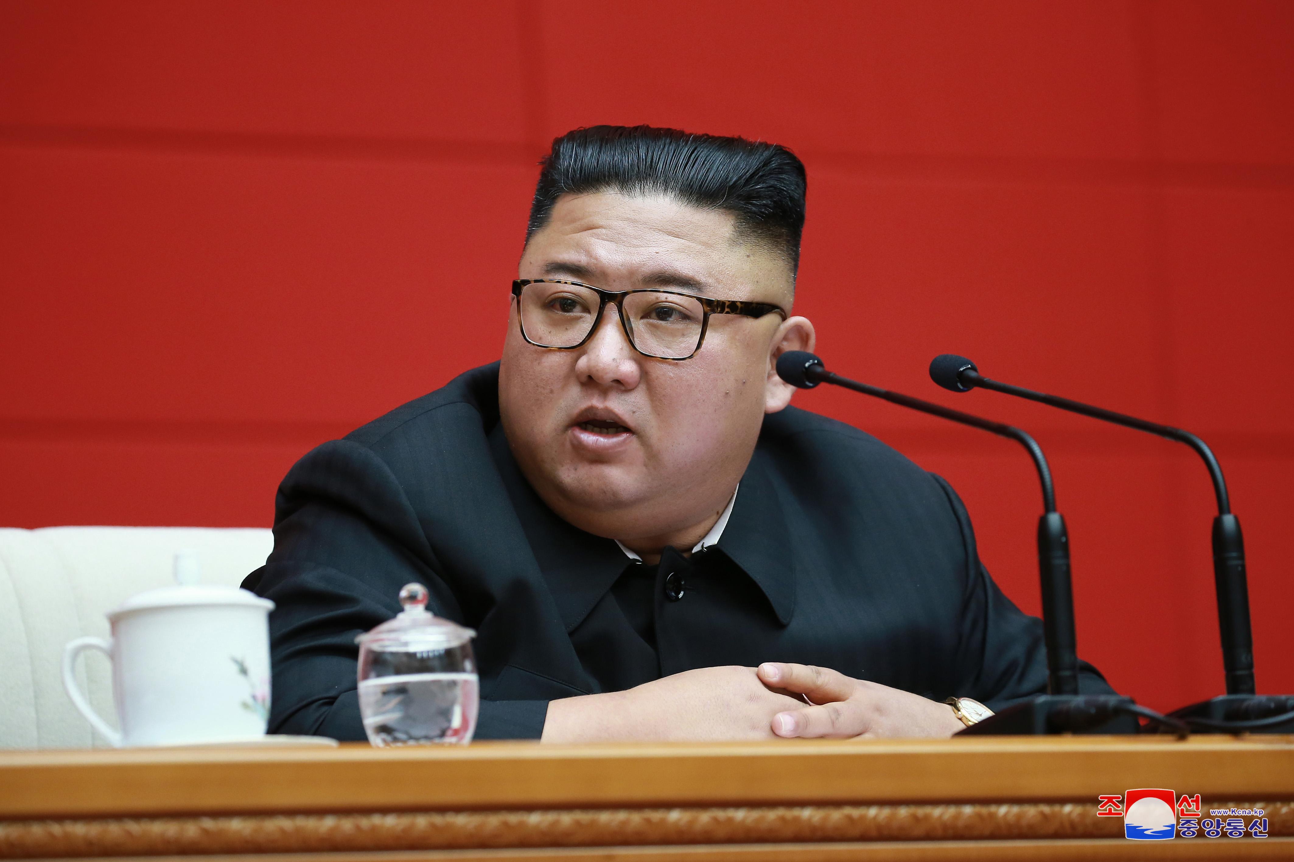 북한 정치국 회의 주재하는 김정은 위원장