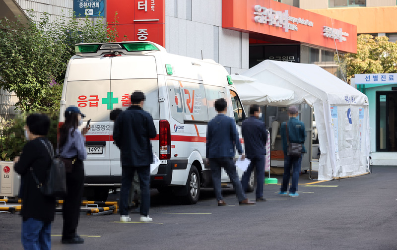 People line up for testing at a COVID-19 screening clinic at the National Medical Center in Seoul on Sept. 28, 2020.