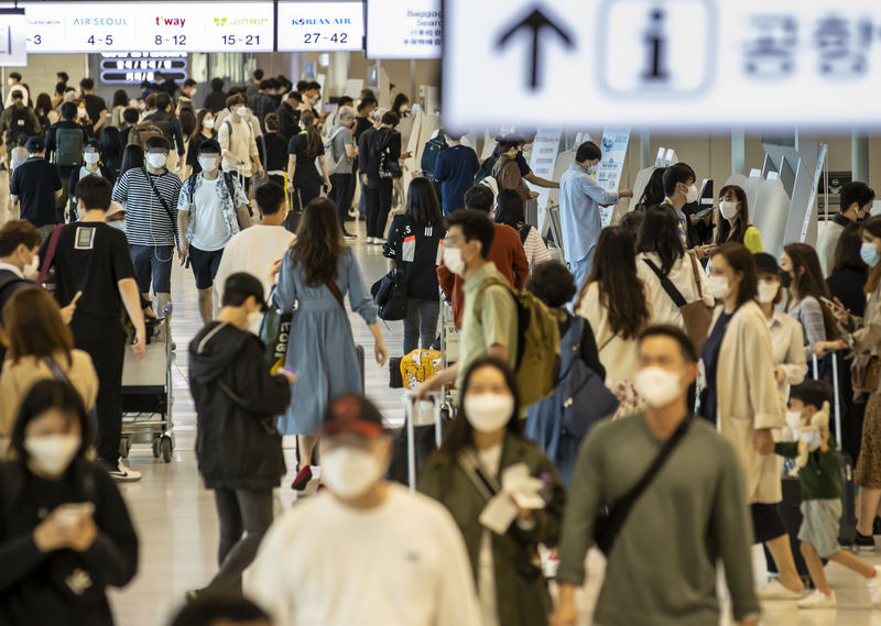 Travelers crowd the domestic terminal of Gimpor International Airport in Seoul on Sept. 27, 2020.