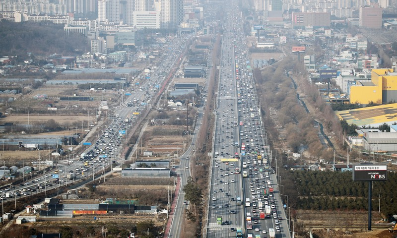 This file photo shows a clogged expressway during a holiday weekend in South Korea.