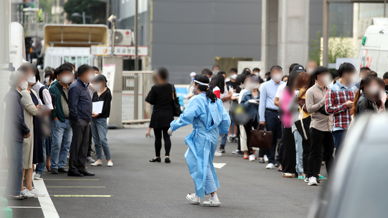 Long lines form at a COVID-19 screening clinic in central Seoul as people rush to get tested for the virus ahead of their Chuseok holiday travels.