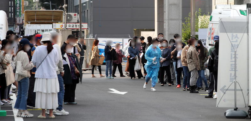 The National Medical Center in central Seoul is packed with residents on Wednesday, the first day of the Chuseok holiday, to get tested for the coronavirus.