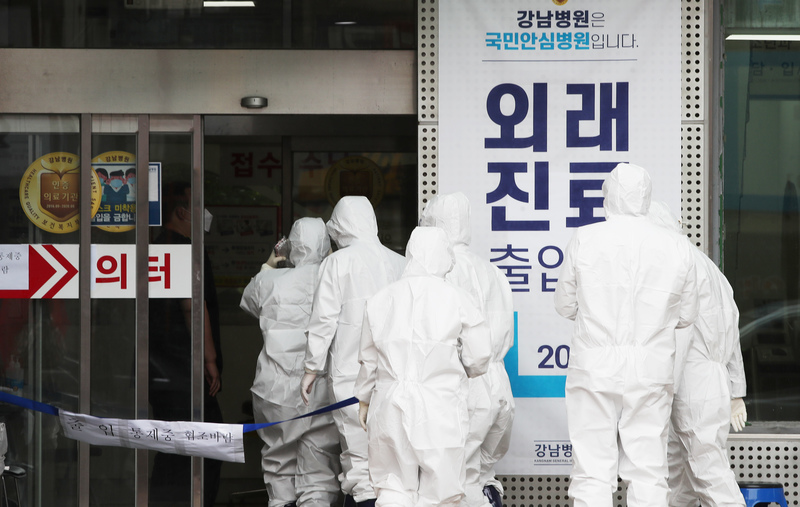 Quarantine and medical personnel enter the Kangnam General Hospital in Gyeonggi's Yongin.
