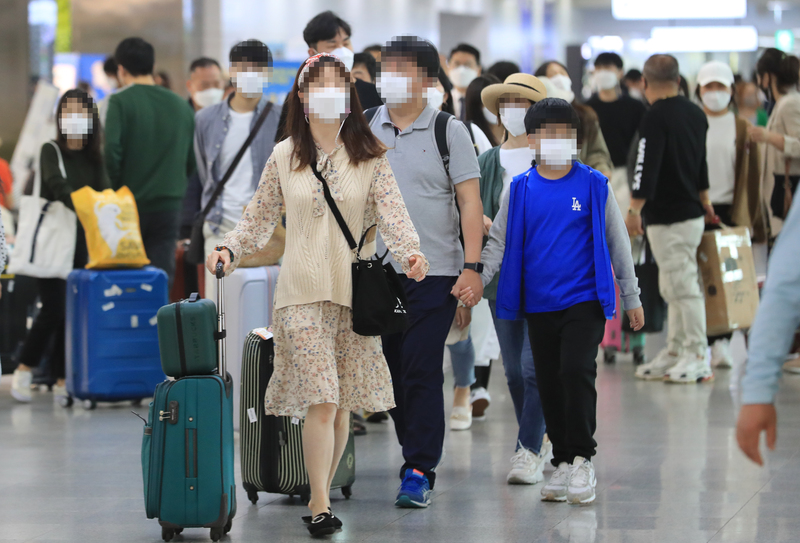 Chuseok holiday travelers fill the arrivals hall of Jeju International Airport on Oct. 1, 2020.