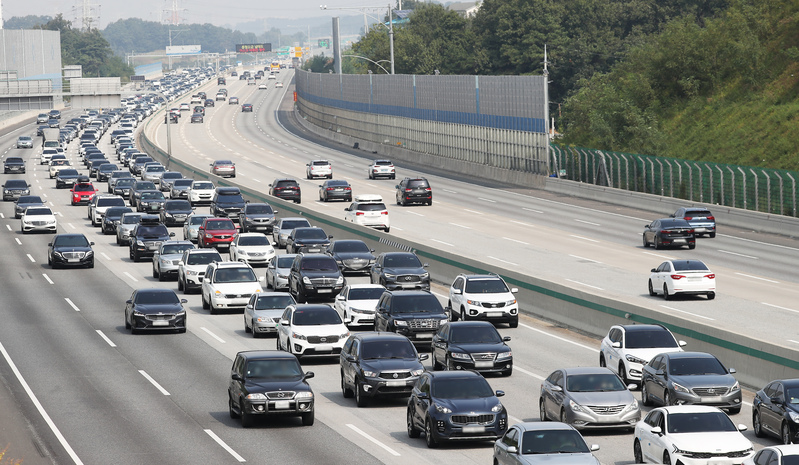 Cars are slowed by congestion on southbounds lanes of the Seohaeahn Expressway in Pyeongtaek, Gyeonggi Province.