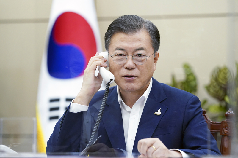 President Moon Jae-in holds a phone conversation at Cheong Wa Dae on Sept. 28, 2020.