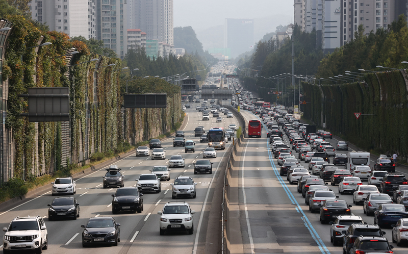 Congestion slows cars on a section of the Jamwon IC in Seoul's Seocho District during the afternoon hours of Oct. 1, 2020.