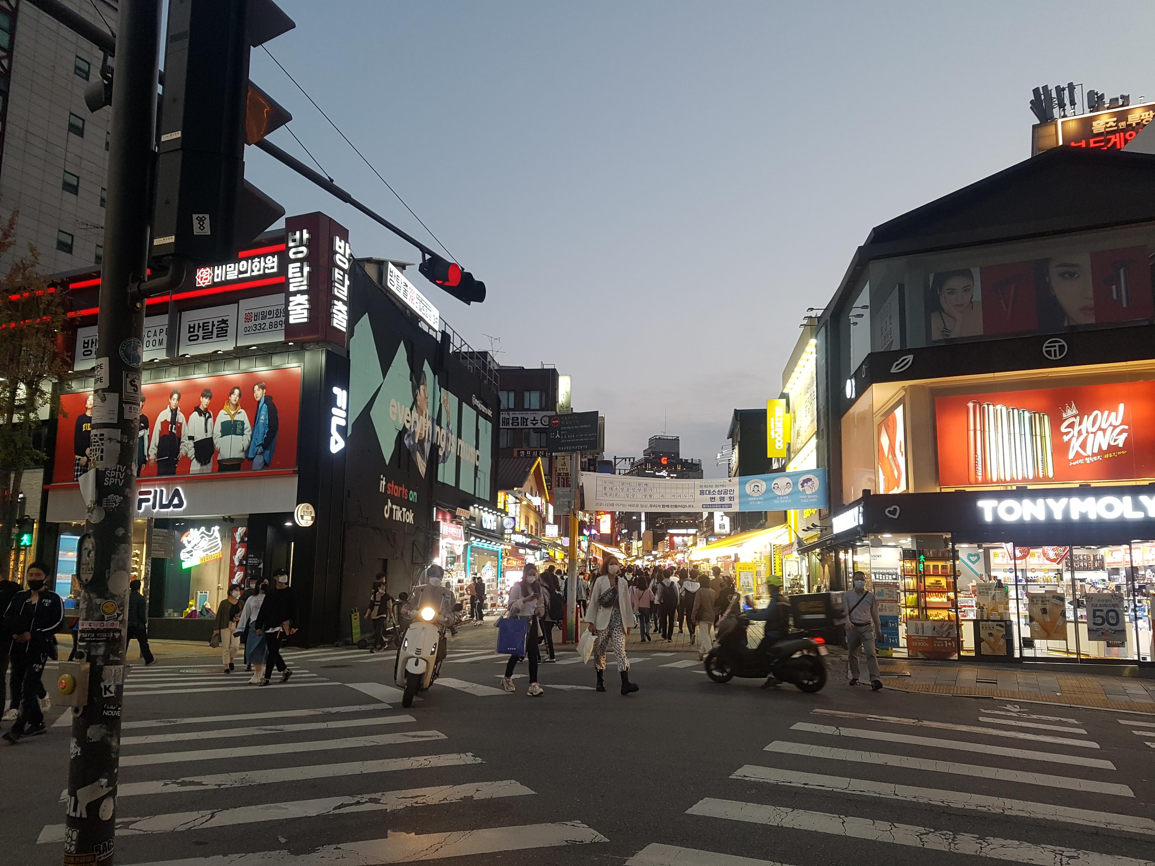 추석 당일 홍대 길거리 모습 <사진=TBS>