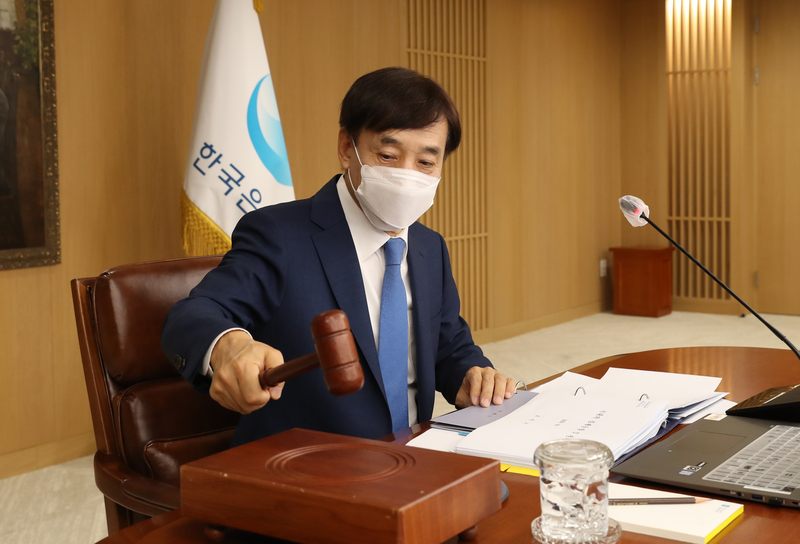 Bank of Korea Governor Lee Ju-yeol hits the gavel at the start of a monetary policy board meeting in Seoul on Oct. 14, 2020.