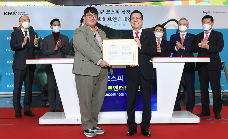 Big Hit Entertainment Chairman and CEO Bang Si-hyuk (L) and Korea Exchange Chairman and CEO Jung Ji-won pose for photos at the K-pop entertainment giant's listing ceremony at KRX's Seoul headquarters on Oct. 15, 2020.