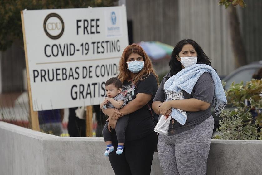 코로나19 검사 시설에서 대기 중인 미국인들