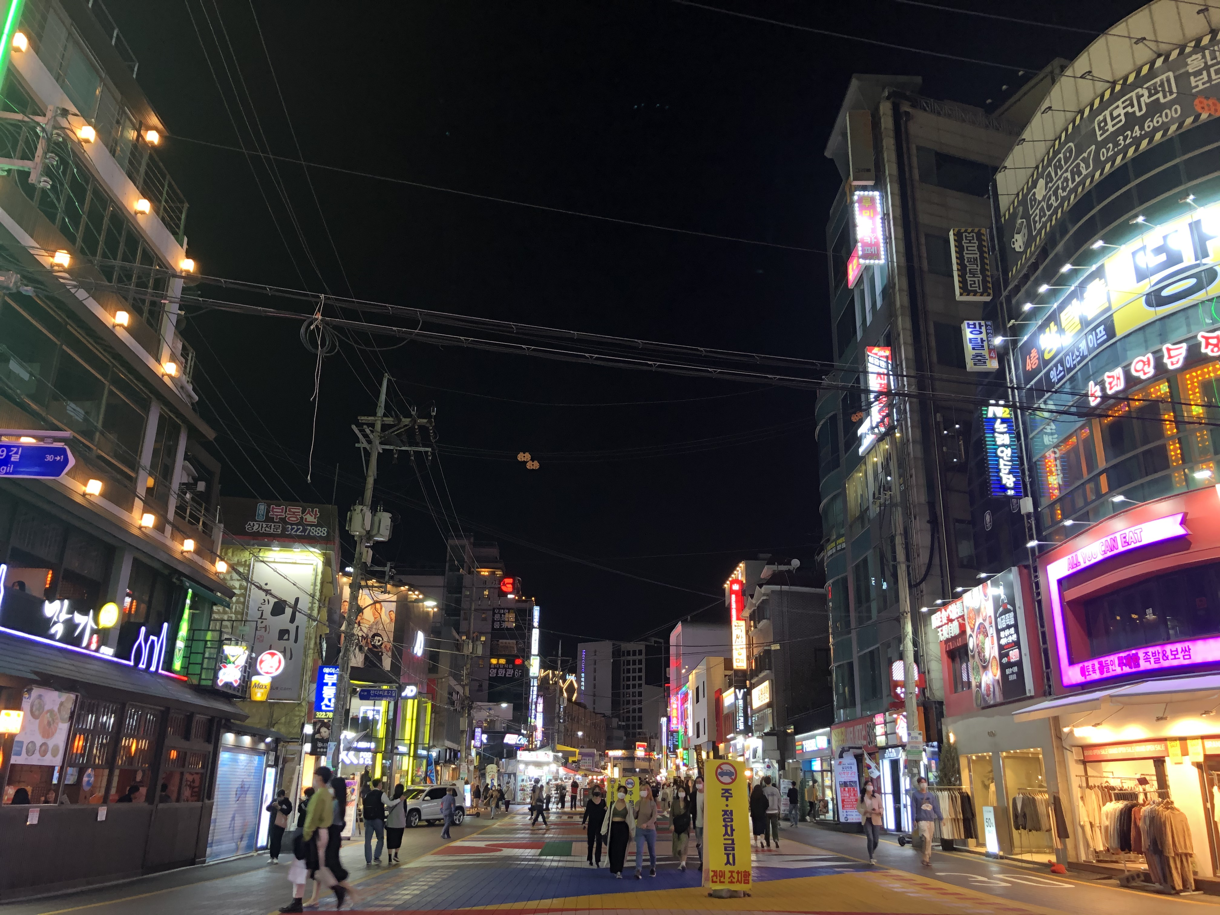 사회적 거리두기 1단계 첫날, 홍대거리 <사진=TBS>
