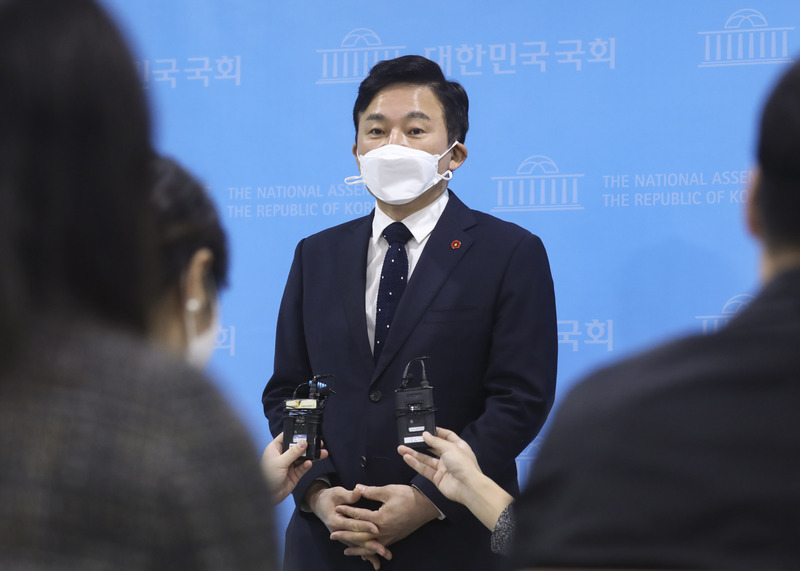Jeju Gov. Won Hee-ryong speaks during a press conference held at the National Assembly in Seoul on Oct. 20, 2020.