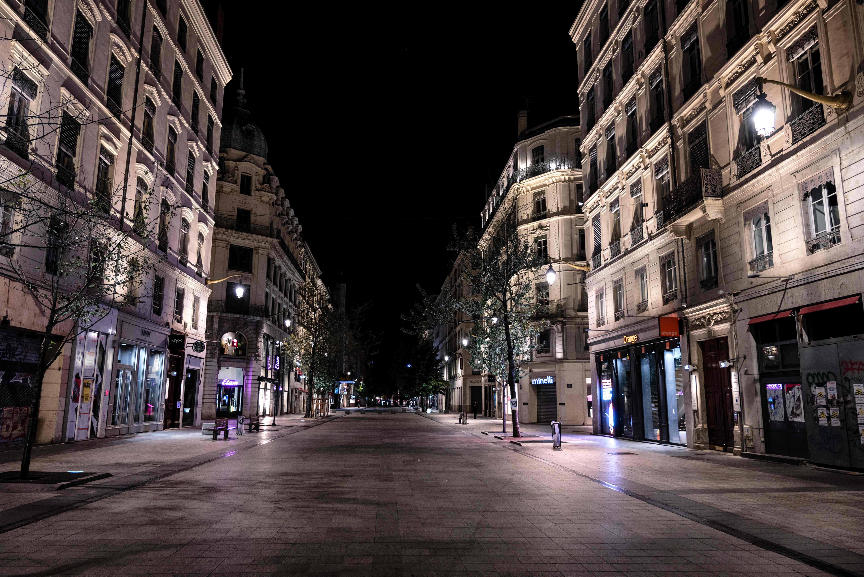 코로나19 통금으로 적막이 흐르는 프랑스 도시 리옹의 밤거리