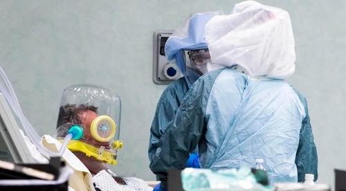 이탈리아 의료진이 코로나19 중환자를 치료하는 모습