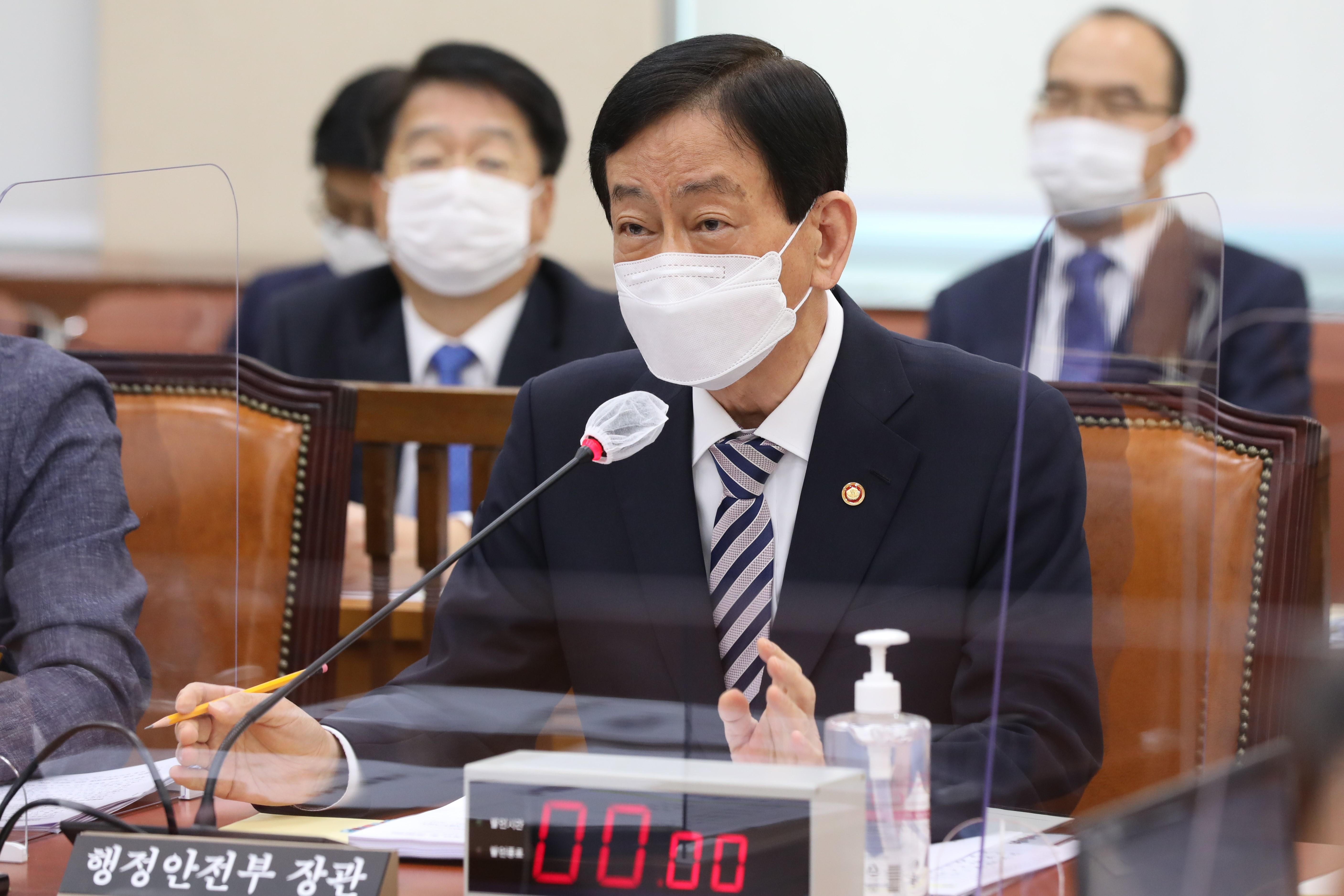 국정감사 출석한 진영 행정안전부 장관