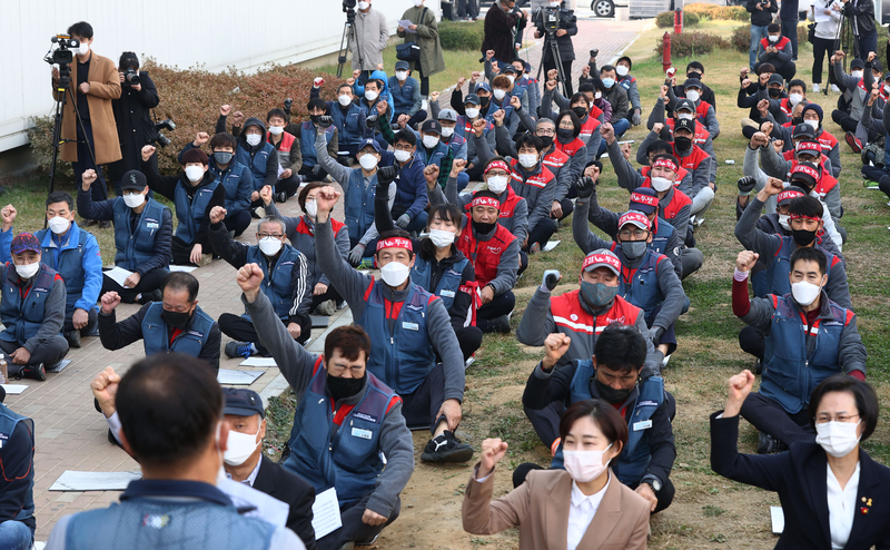 Delivery workers take part in a strike in southern Seoul demanding better treatment and working conditions from Lotte Global Logistics on Oct. 27, 2020