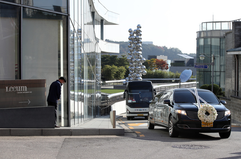 A hearse carrying late Samsung Group Chairman Lee Kun-hee passes by the Leeum Samsung Museum of Art in Seoul's Yongsan District on Oct. 28, 2020.