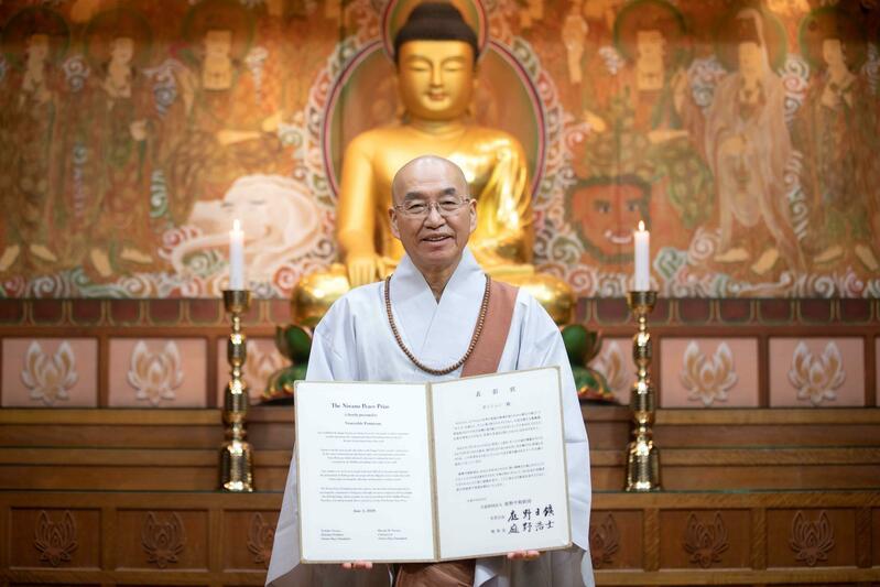 Venerable Pomnyun, a South Korean Zen master, receives the 37th Niwano Peace Prize.