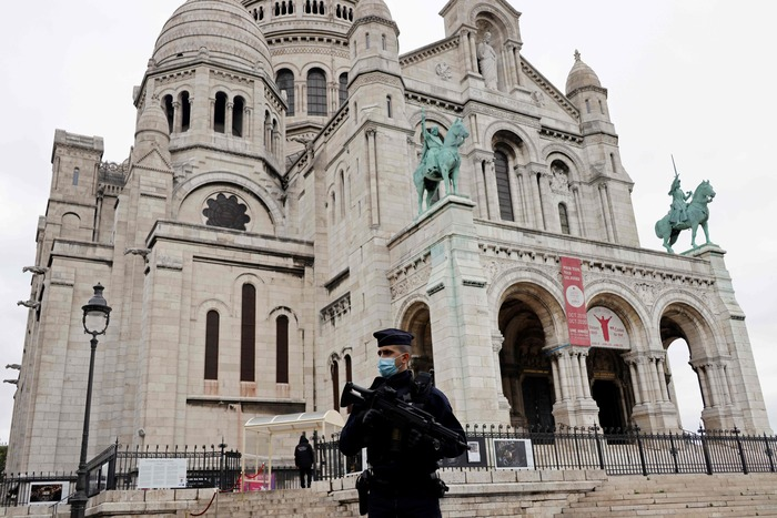 A French policeman stands guard outside the Sacre Coeur Basilica in Paris on Oct. 30, 2020, one day after a knife attack in a church in Nice. (Photo: AFP-Yonhap News)