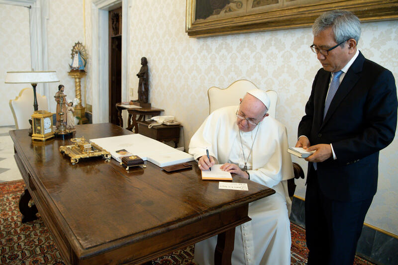 Outgoing South Korean Ambassador to the Holy See Lee Baek-man (R) meets with Pope Francis on Oct. 23, 2020. (Photo: Yonhap News)
