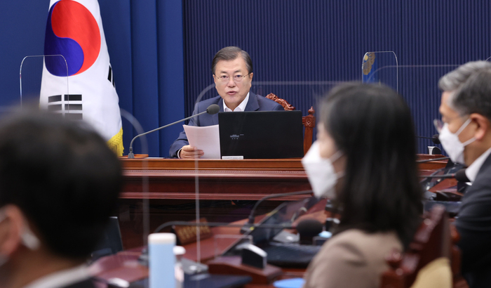 President Moon Jae-in speaks on the coronavirus situation in South Korea while presiding over a Cabinet meeting at Cheong Wa Dae on Nov. 17, 2020. (Photo: Yonhap News)