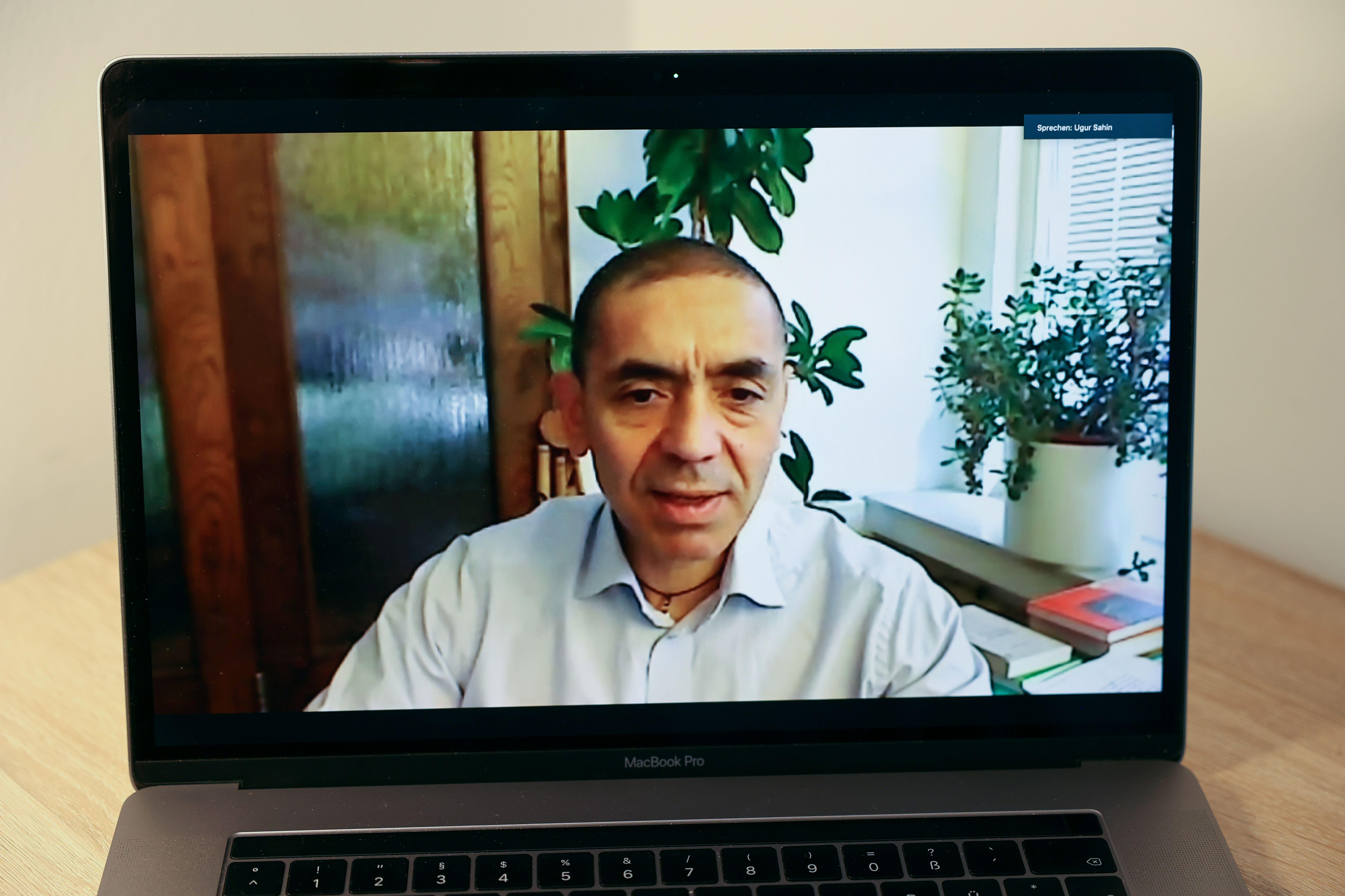 인터뷰 하고 있는 우구어 자힌 바이오엔테크 CEO