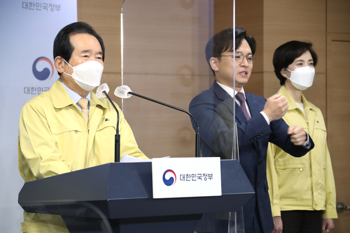 Prime Minister Chung Sye-kyun urges the public to follow social distancing and avoid year-end gatherings to help prevent another wave of COVID-19 in a televised address on Nov. 20, 2020 (Photo: Yonhap News)