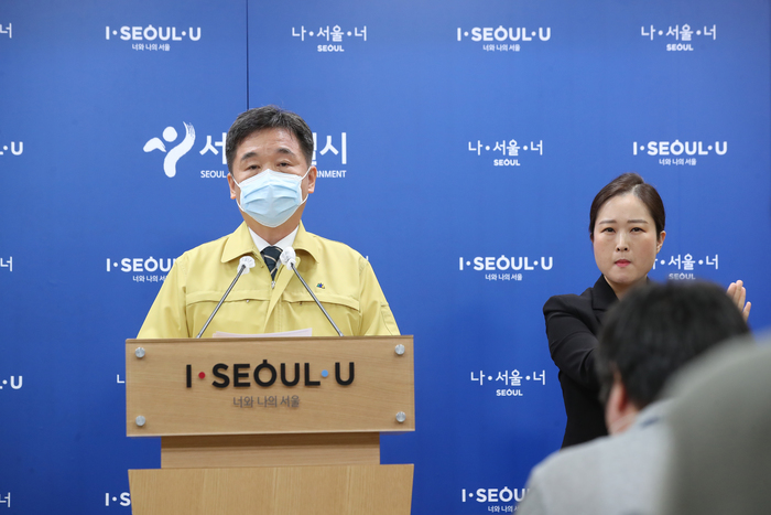 Acting Seoul Mayor Seo Jeong-hyup announces stricter, proactive measures to curb the spread of COVID-19 in the capital region during a press briefing at City Hall on Nov. 23, 2020. (Photo: Yonhap News)
