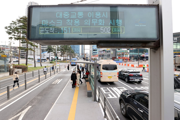 A digital signboard at the bus transfer center at Seoul Station reminds people of mandatory mask rules on public transportation to prevent the spread of COVID-19. (Photo: Yonhap News)