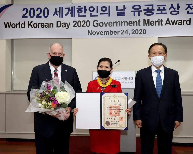 Maryland First Lady Yumi Hogan (C) stands alongside her husband, Governor Larry Hogan (L), and Korean Ambassador to the U.S. Lee So-hyuck during a medal ceremony in Washington on Nov. 24, 2020. (Photo: Yonhap News)