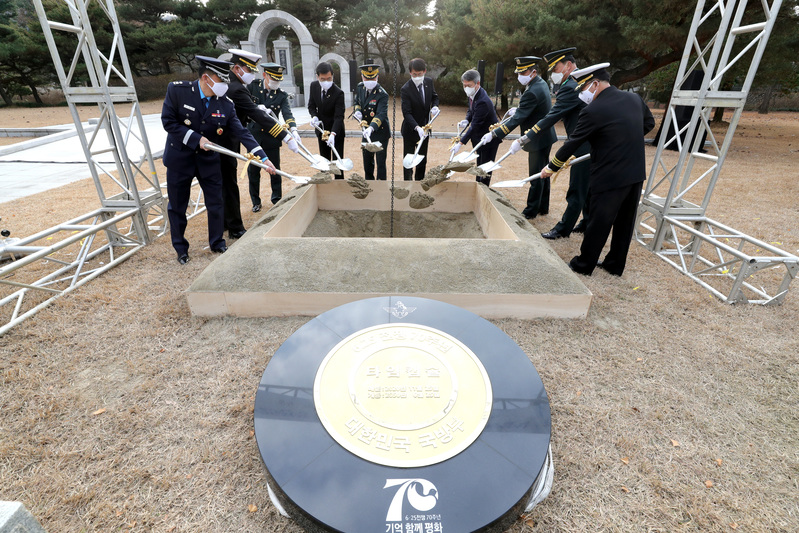 A ceremony was held Wednesday at the Seoul National Cemetery for the installation of a Korean War time capsule. (Photo: Yonhap News)