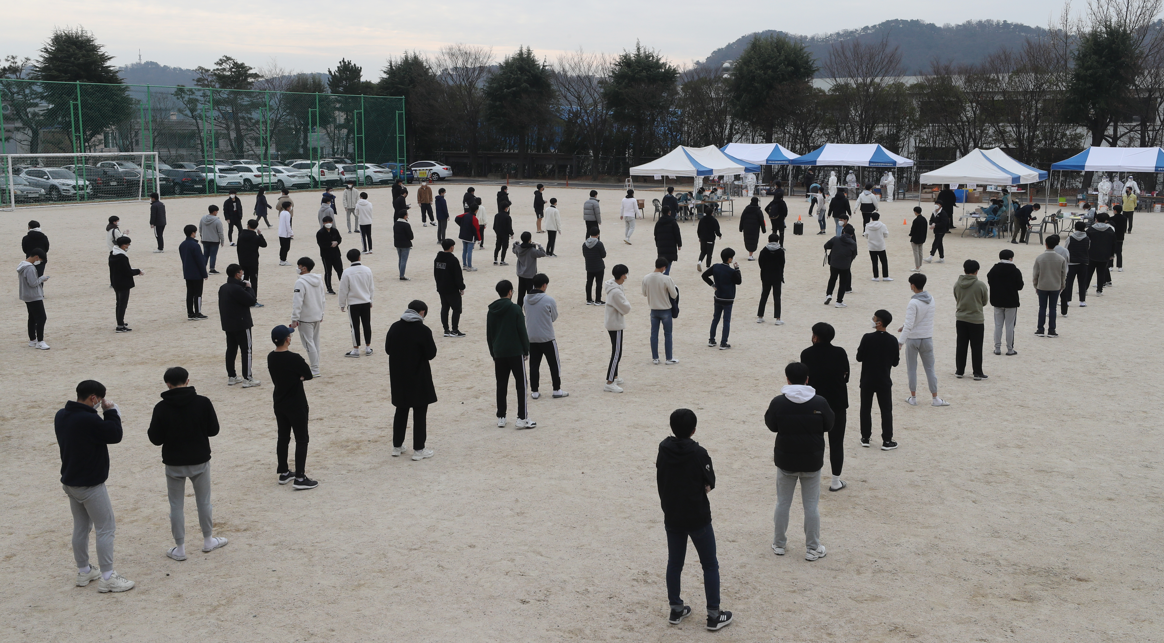 Students at a high school in Ulsan wait to get tested for COVID-19 on Nov. 26, 2020, after a fellow student was confirmed to be infected with the disease. (Photo: Yonhap News)