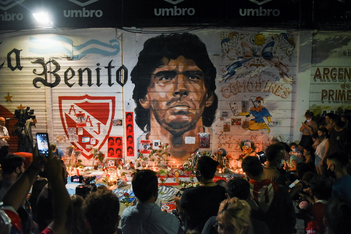 Fans gather to mourn the death of soccer legend Diego Maradona outside the Diego Armando Maradona stadium in Buenos Aires, Argentina, on Nov. 25, 2020. (Photo: Reuters-Yonhap News)