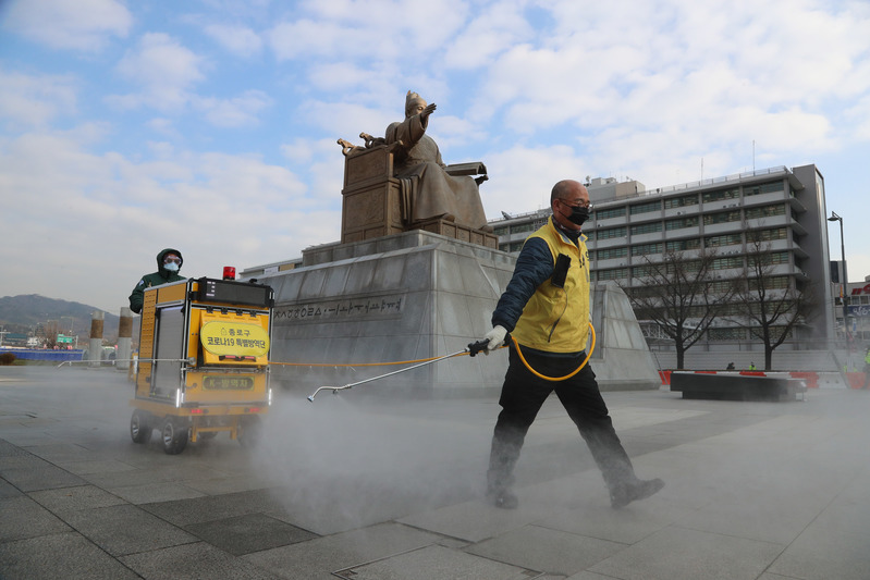 Quarantine officials disinfect Gwanghwamun Square in central Seoul on Nov. 25, 2020. (Photo: Yonhap News)