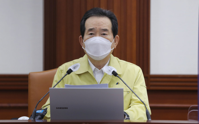 Prime Minister Chung Sye-kyun calls for cooperation to combat a surge in new coronavirus cases across the country during a government COVID-19 response meeting in Seoul on Nov. 27, 2020. (Phtoto: Yonhap News)