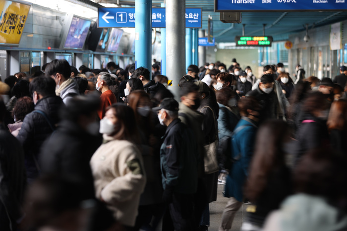 Morning commuters wait for the subway on a platform at Sindorim Station in Seoul on Nov. 27, 2020. (Photo: Yonhap News)