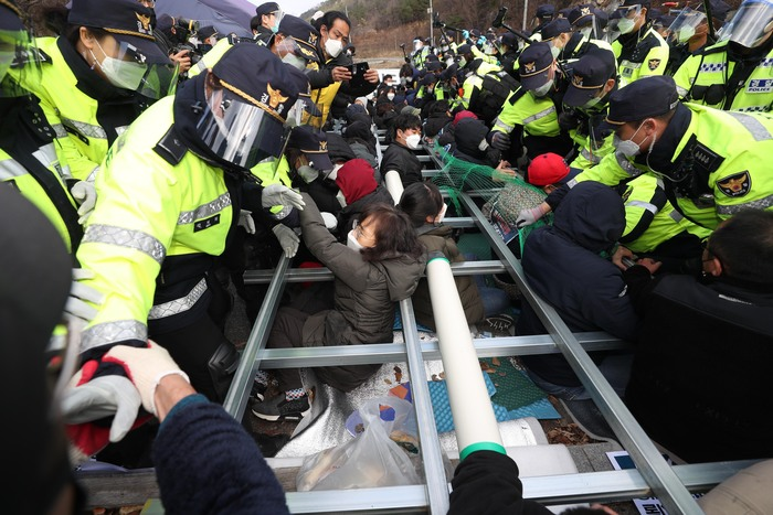 Police attempt to clear residents from a bridge where they are staging a sit-in protest against the deployment of a U.S. THAAD missile defense system in Seongju, North Gyeongsang Province, on Nov. 27, 2020. (Photo: Yonhap News)