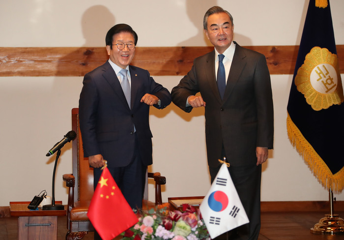 The Speaker of South Korea's National Assembly, Park Byeong-seug (L), and Chinese Foreign Minister Wang Yi bump elbows while posing for photos ahead of their meeting in Seoul on Nov. 27, 2020. (Photo: Yonhap News)