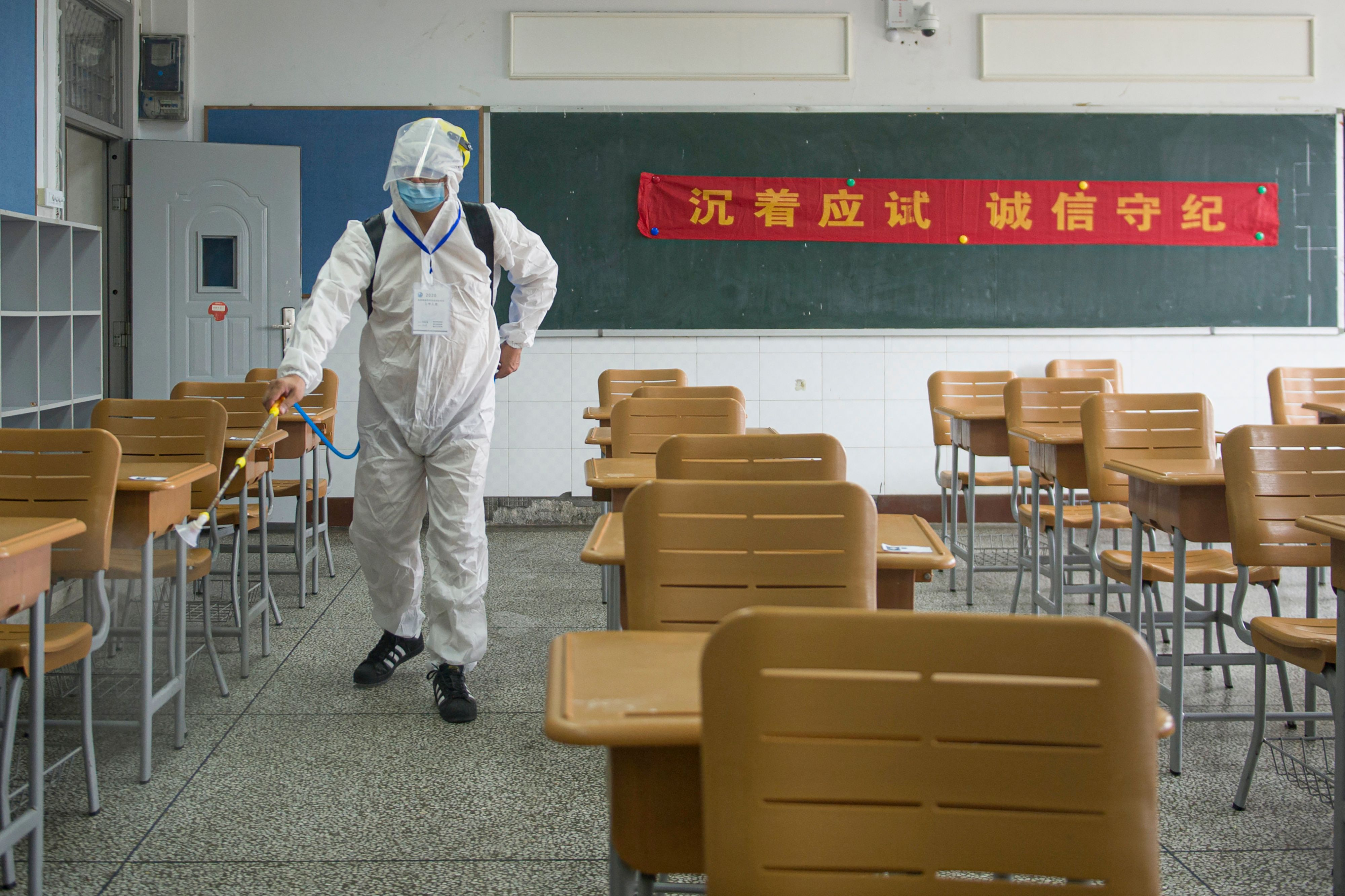 중국 우한의 한 학교 교실에서 소독  작업 중인 직원