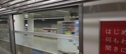 코로나19 전염을 막기 위해 차창 열고 달리는 도쿄 지하철 전동차